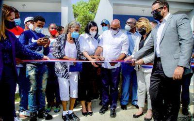 Primera Dama de la República y Comisión de Desarrollo Provincial entregan casas a familiares de Claritza y Darwin Frías